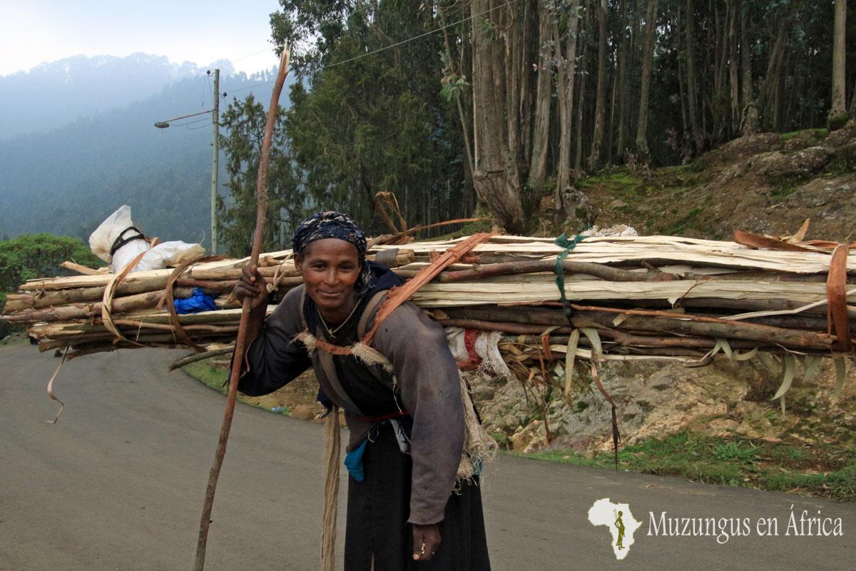 Mujer de la colina de Entoto en Adis Abeba (Etiopía) / Junio 2016
