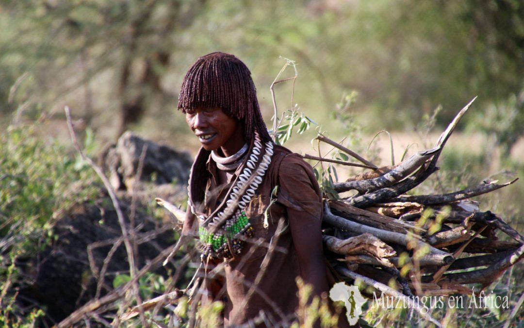 Mujer de la tribu Hamer transportando leña