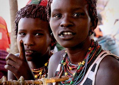 Muchachas Hamer | Poblado cerca de Turmi (Valle del Río Omo), sur de Etiopía (09 de junio de 2016) | © Loreto Paredes