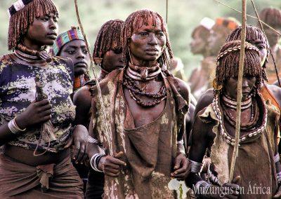 Mujeres de la tribu Hamer en Ukuli Bula (ceremonia de salto del toro) | Poblado cerca de Turmi, Etiopía (10 de junio de 2016) | © Loreto Paredes